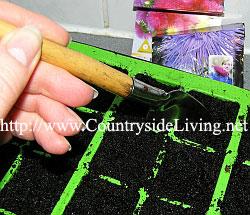 Кассета для рассады (поднос с отсеками). Специальной заостренной лопаточкой удобно делать ямки, в которые кладутся семена
