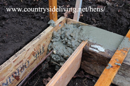 Строительство курятника своими руками. Деревянная опалубка фундамента