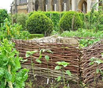 Деревянная конструкция для приготовления компоста на огороде замка Арундел, ю. Англия