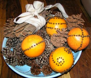 Decorar a casa para o Ano Novo eo Natal. Arranjo de inverno com pomanderami, canela, cravo, e cones