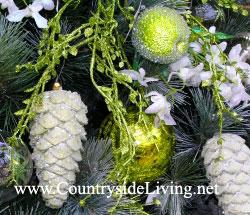 Как украсить новогоднюю елку. Используйте один или два цвета елочных украшений для традиционного стиля