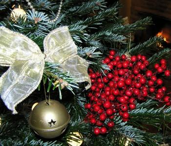 Как украсить новогоднюю елку. Стиль кантри (деревенский). Игрушки здесь имитируют фрукты и ягоды