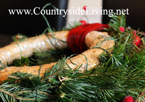 Украшение дома к зимним праздникам. Рождественский венок (новогодний венок) своими руками. Прикрепление лапника к каркасу