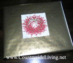 Оформление подарка с помощью упаковочной бумаги и старой новогодней открытки