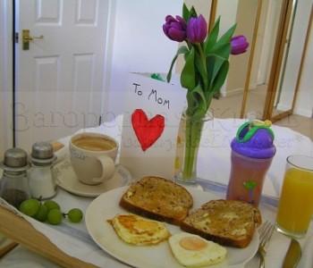 Завтрак в постель для всей семьи от дочки и мужа на День Матери
