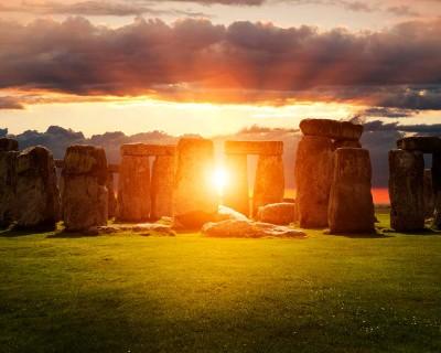 Огромная толпа встречает рассвет в День летнего солнцестояния. Стоунхендж, Англия