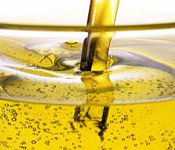 Хорошее растительное масло - основа многих салатных заправок